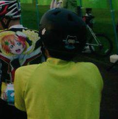 オクトキャットのついたヘルメットとラブライバー