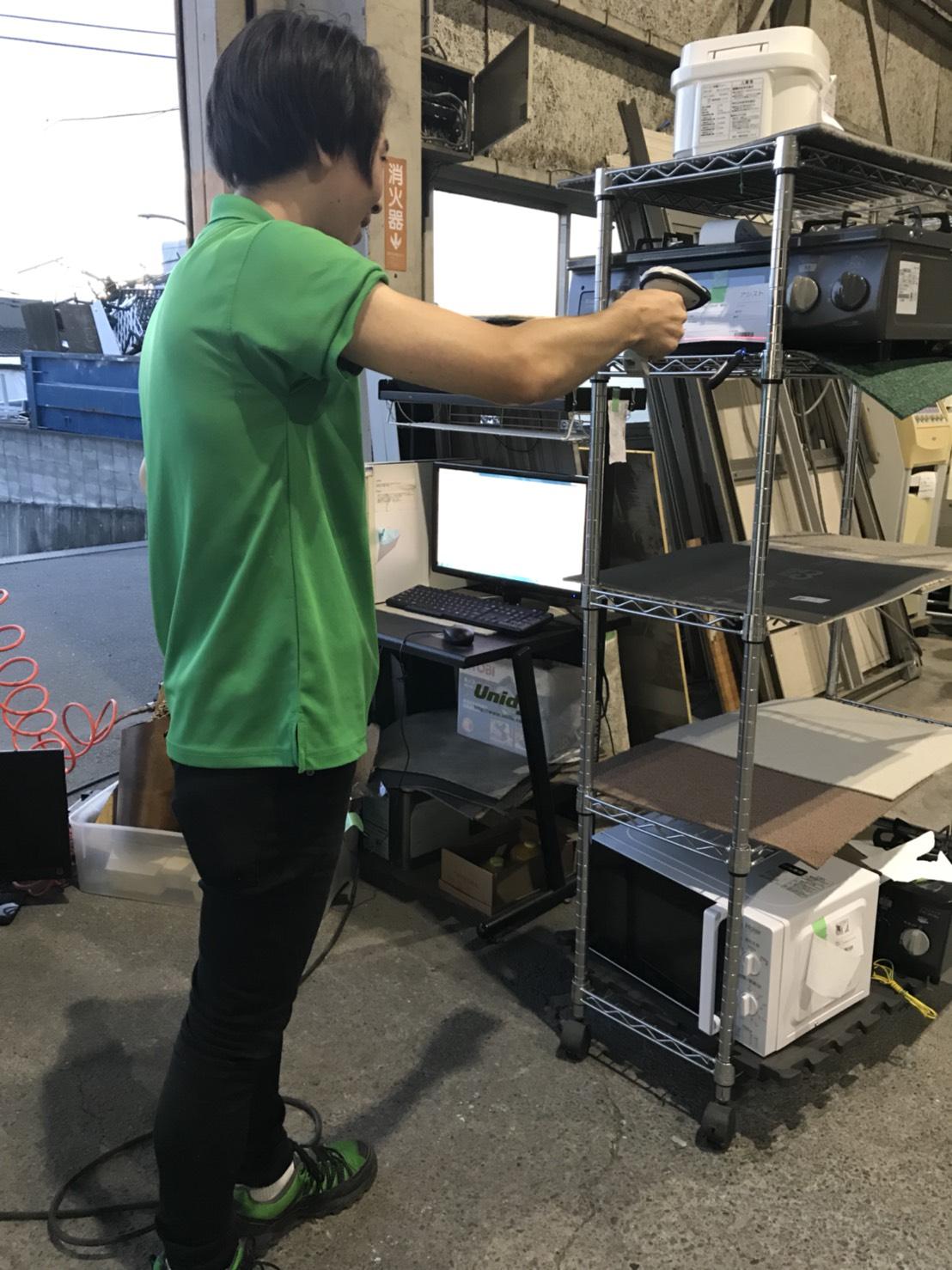 Odooから印刷した商品ラベルのバーコードをスキャンして在庫移動処理をする及川さん。